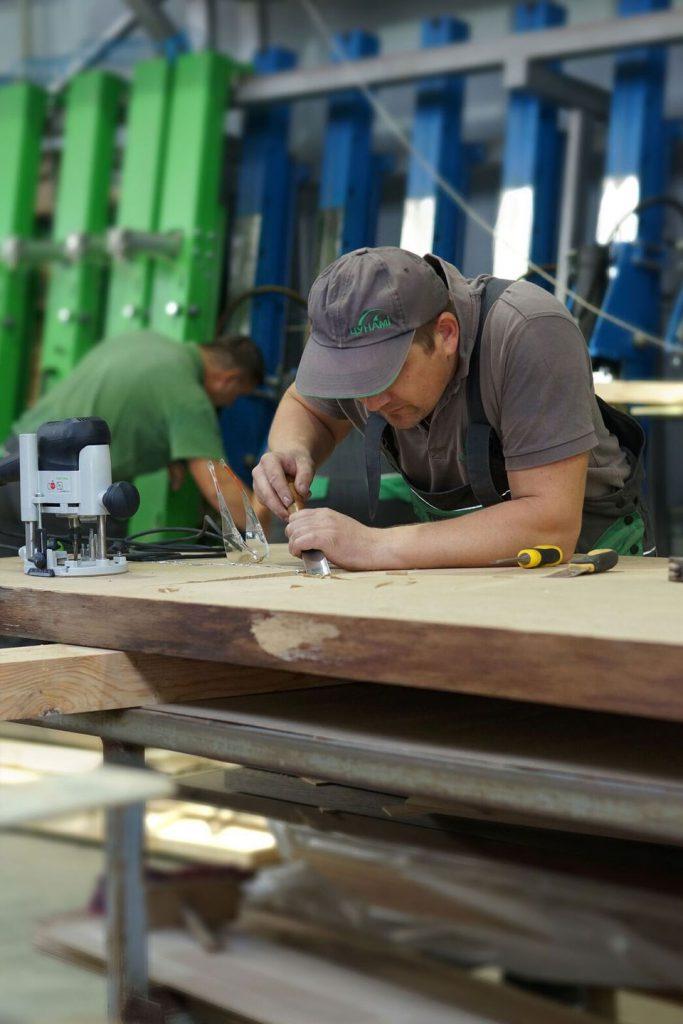 Furniro worker