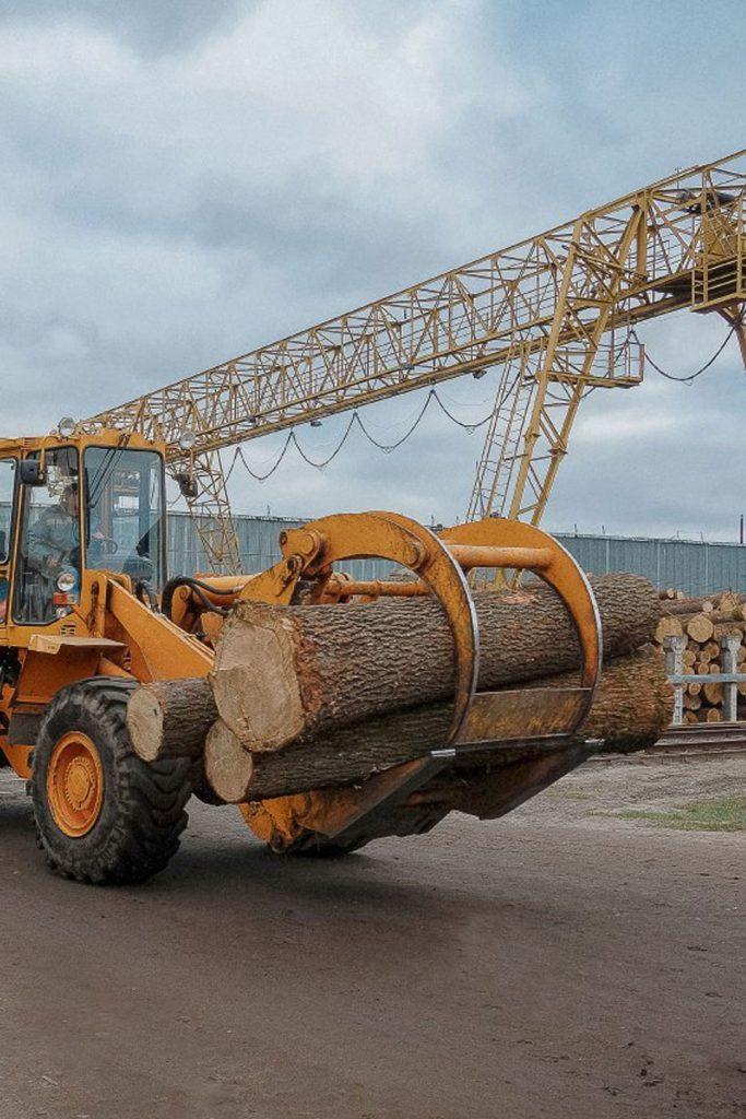 Furniro tractor transports oak log